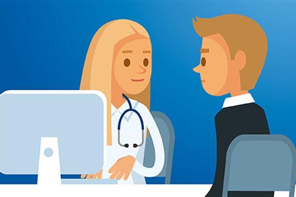 Lege med datamaskin snakker med pasient