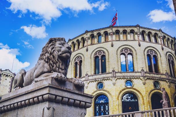 Bilde av Stortinget med løvestatuen i forgrunnen