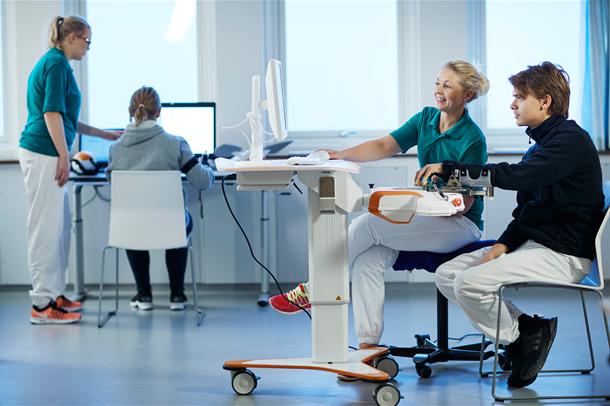 Pasienter bruker teknologisk utstyr på teknologisk intervnesjonslab ved Sunnaas sykehus