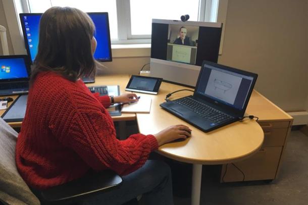 Logoped sitter foran pc med videokonferanse med person på skjerm