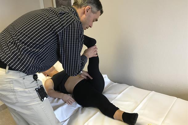 Lege tøyer benet til pasient med skjelettdysplasi