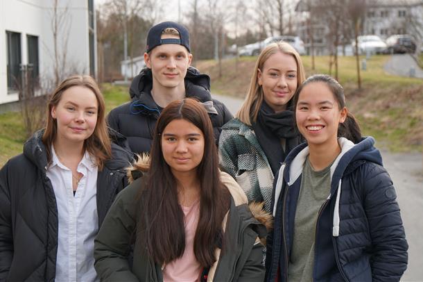 Bilde av ungdomsrådet fra 2020. Bildet er tatt utenførs og viser rådets fem medlemmer. En gutt og fire jenter