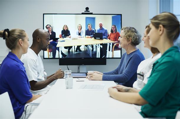 Tverrfaglig team snakker med et annet team på videokonferanse
