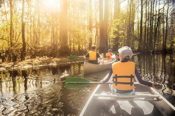 bilde av barn i kano