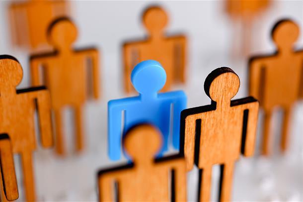Menneskefigurer, en blå blant mange brune, illustrasjon
