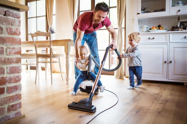 Illustrasjonsbilda av mann som støvsuger, sammen med to barn