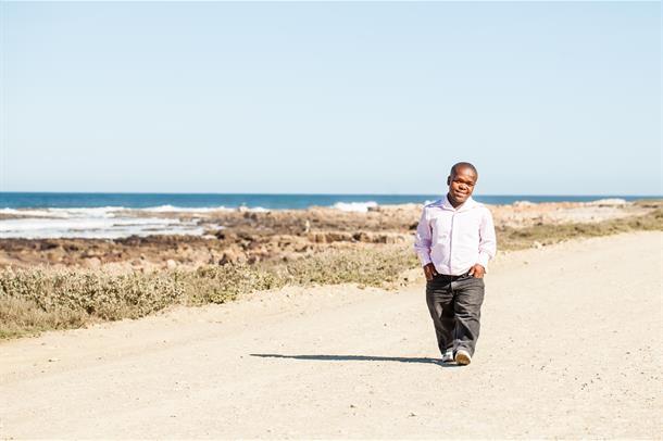 Kortvokst mann på strand