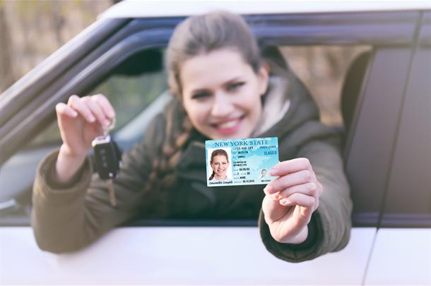 Bilde av person med bil og førerkort